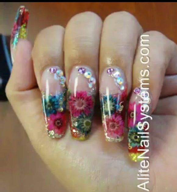 Flores secas encapsuladas Encapsulated Dried flower's      By Alite Nail System  Fullerton, ca   I attended a Nail course and I loved it never realized how creative we can be with nails... So many creative things..
