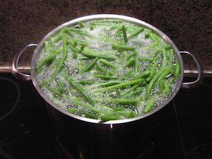 How to blanch vegetables? Learn how to blanch green beans and other vegetables. Check the table of blanching times for most vegetables to blanch correctly