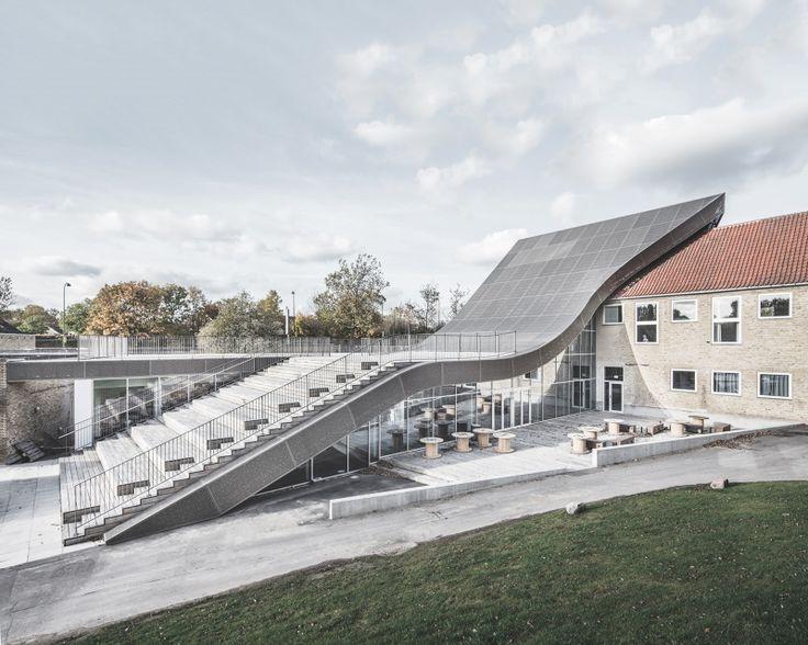 Deze spectaculaire uitbreiding naar ontwerp van Sophus Søbye Arkitekter and WE Architecture huisvest de lobby van het Mariehøj Cultural Centre.