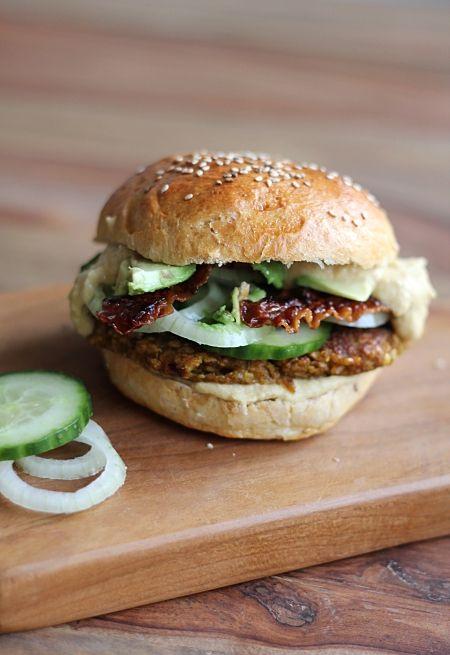 Die besten Burger der Welt – selbstgemachte Brötchen mit marokkanischen Burger-Patties, Avocado und Hummus | eatbakelove