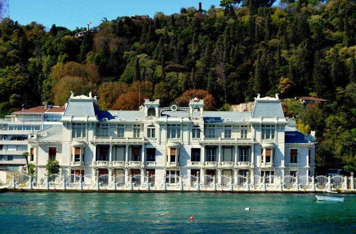 """BEBEK EMINE VALIDE SULTAN YALISI Emine Valide Paşa Yalısı; İstanbul Boğazı'nın Rumeli yakasında Bebek Cevdet Paşa Caddesi'nde 1902 yılında İtalyan mimar Raimondo D'Aranco tarafından inşa edilmiştir. Bugün, bu yalı Mısır Konsolosluğu olarak hizmet vermektedir. Yapı, """"Hıdiva Sarayı"""" , """"Emine Valide Paşa Sahilsarayı"""", """"Hıdiv İsmail Paşa Yalısı"""", """"Valide Paşa Yalısı"""", """"Mısır Konsolosluğu Sahilsarayı"""" olarak da bilinir. Buradaki ilk yapı, 1781'de inşa edilen Sultan I. Abdülhamit devri…"""