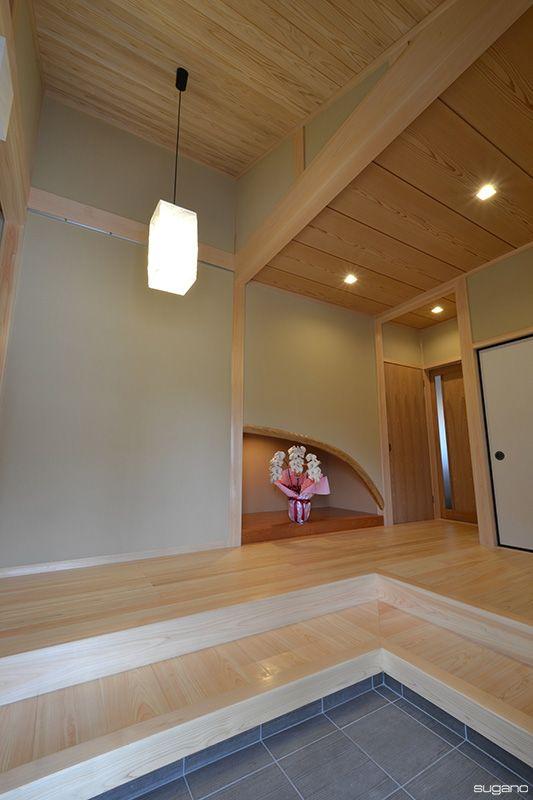 和風玄関は約7帖の広さ。床、式台は桧板張り、桧柱の真壁造りです。天井は屋根の勾配を活かした斜め天井で、杉の上小節板を張りました。#和風住宅 #住宅 #和風玄関 #玄関 #家づくり #設計事務所 #菅野企画設計