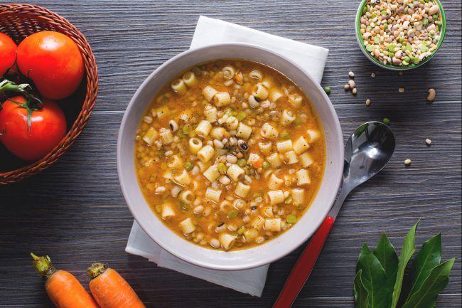 La minestra di pasta con legumi misti e alloro è una pietanza calda e confortante, un primo piatto perfetto per le giornate più fredde.