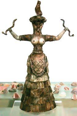 Ειδώλιο γυναικείας θεότητας, της θεάς των όφεων. Είναι κατασκευασμένο από φαγεντιανή και παρουσιάζει μια γυναίκα που κρατά στα δύο χέρια φίδια, ενώ στο κεφάλι της κάθεται ένα αιλουροειδές. Το ένδυμα που φοράει είναι περίτεχνο και τολμηρό. (Ηράκλειο Κρήτης, Αρχαιολογικό Μουσείο)