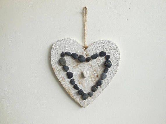 Cadre coeur bois patiné blanc et galets décoration murale