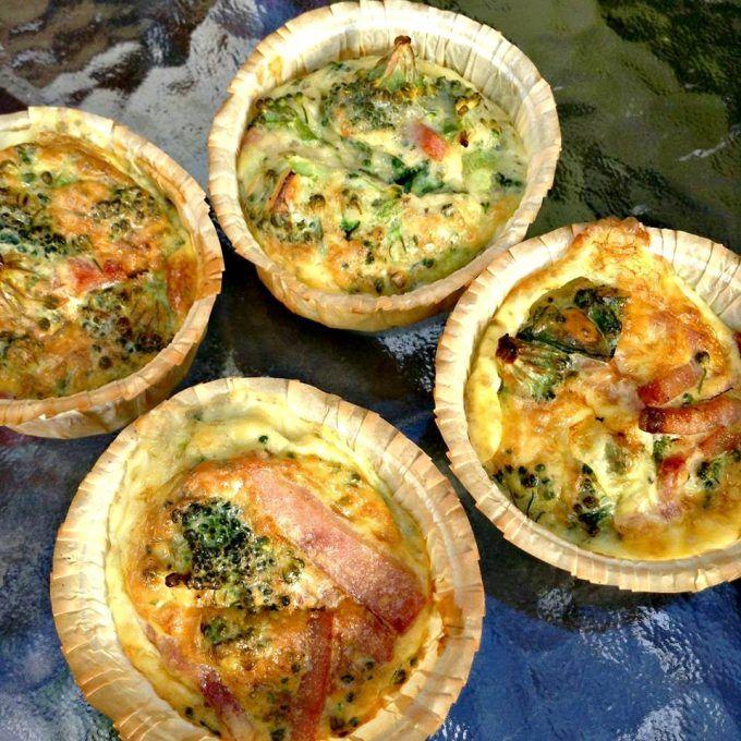 Muffins med broccoli og skinke til madpakken Vi har haft disse muffins med i vores picnickurv idag, smager så dejligt og oplagt at lave en stor portion af dem, komme i fryseren og løbende tage op til madpakkerne, på de travle dage. De er også velegnet til den hurtige aftensmad, her kan du serve....