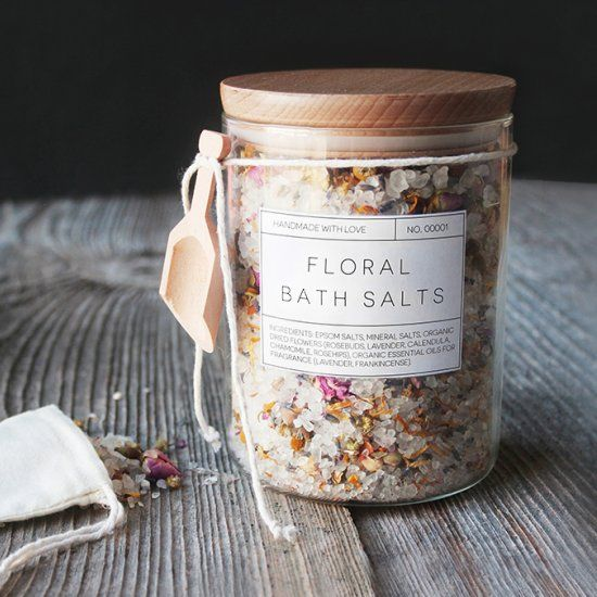 These handmade floral bath salts are a great DIY gift option this holiday season! Free printable labels included.