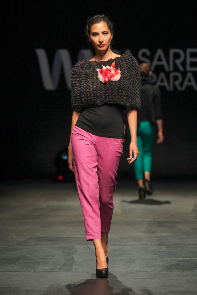 Poncho tejido en top merino maxipunto, con flor de vellones, reminiscencia del tejido chilote. Pantalones de lino.