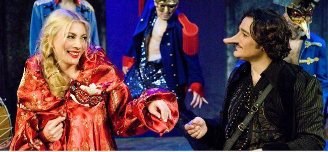 Σιρανό ντε Μπερζεράκ, σε σκηνοθεσία Γιάννη Κακλέα στο Pantheon Theater Πρόκειται για μια ιστορία για την ομορφιά της ψυχής που μπορεί να νικήσει κάθε εξωτερική ατέλεια. Είναι μια περιπέτεια σ'έναν κόσμο γεμάτο αγάπη και ευαισθησία, μ'έναν από τους πιο αγαπημένους ήρωες...