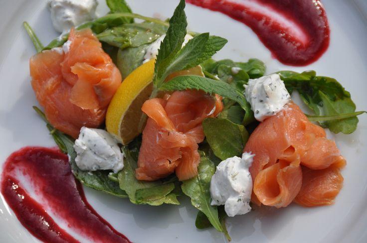 Łosoś wędzony z kozim serem i dresingiem malinowym podany na rukoli #salmon #goat_cheese #fortezza #snacks