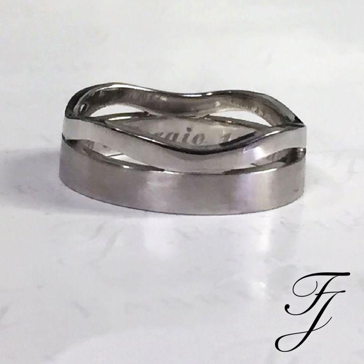 ¿Por qué elegir Argollas de Matrimonio, cuando puedes crearlas? En Fabrijoyas te proponemos no sólo que escojas una pieza única, te proponemos es crearla juntos. Compartir una experiencia inolvidable y única: imaginar los anillos soñados, diseñar juntos todos los detalles, mostrando su personalidad como pareja en la joya perfecta y singular que se entregaran el día de la boda.  #ArgollasDeMatrimonioCali #ArgollasDeMatrimonioColombia #WeddingBandsColombia