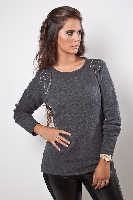 Sweater con tachas y cadenas, en los hombros. De líneas rectas, con terminaciones de tubular