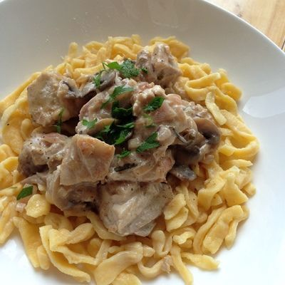 Coq au Riesling (Chicken stewed with Riesling wine). A traditional recipe from #Alsace! Alsace is known for it's great #Riesling wines and this local variation on the classic Coq au Vin takes full advantage ;) Recipe in #French, English, German and Japanese! #recipe #chicken #cooking #noodles #Alsatian #France