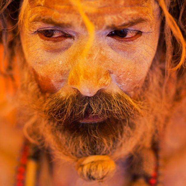 Un sadhu, considerato un uomo sacro per gli indù, si riposa dentro una tenda durante i festeggiamenti per Kumbh Mela a Trimbakeshwar, in India