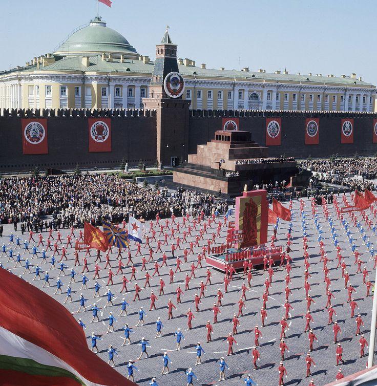 1975 Парад физкультурников во время празднования 1 Мая на Красной площади. Юрий Сомов, РИА Новости.jpg