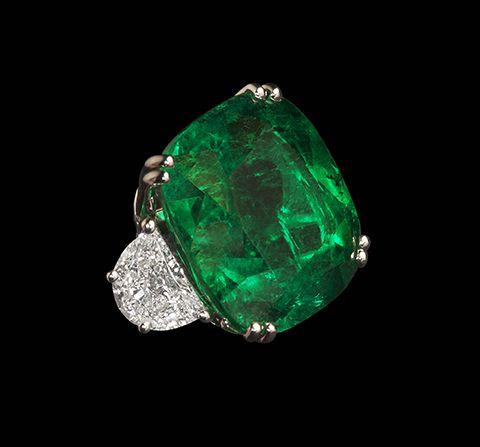 Cushion cut Columbian Emerald ring 21.90 Cts with 2.2Cts half moon Diamond Shoulders