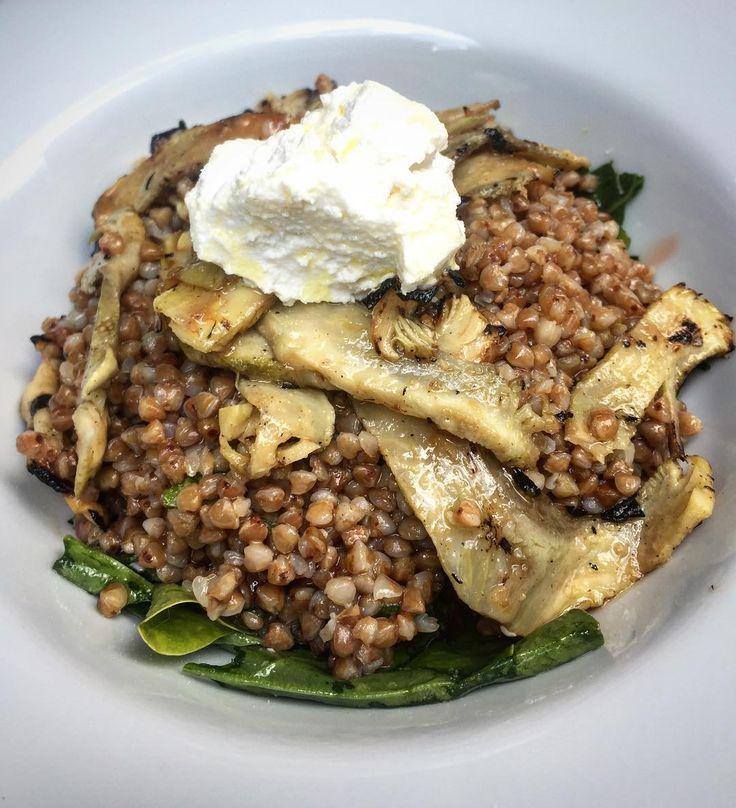 Izgara enginarlı karabuğday salatası. Ispanak ve lor ile.  Valla ne diyelim çok çok iyi ve sağlıklı. HUB Kanyona gelme sebebi olan birçok yemeğimizden bir diğeri . Bekleriz afiyet olsun.  #hubkanyon #hubistanbul #hub #karabuğday #enginar #carciofi #artichoke #lunch #dinner #healthyfood #buckwheat #casualfinefood #fastfoodslowcooked