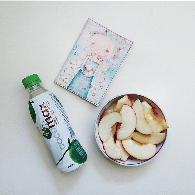 """""""Всем доброе утро! На завтрак: стакан сырой воды, хлопья АхА (обычные) с молоком и яблоко. Вчера купила свою любовь. Кокосовую воду ❤ И, кстати, я…"""""""