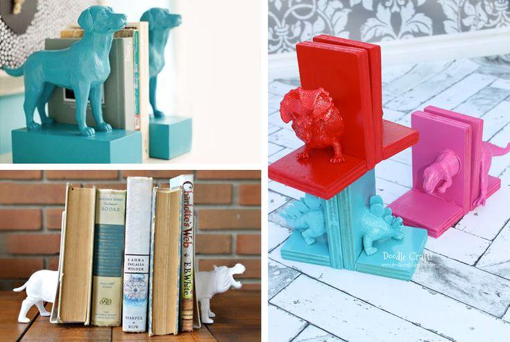 Reggilibri colorati creati con animali di plastica giocattolo