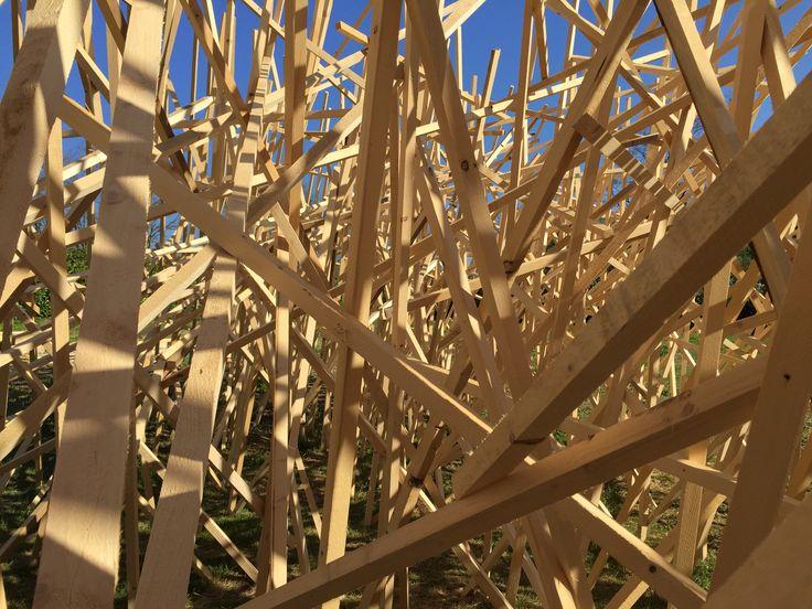 """Les nombreuses lambourdes de bois constituant """"Paradigme"""" de Mireille Fulpius"""