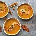 Mijn favoriete wintersoep is deze soep van geroosterde pompoen met scampi.
