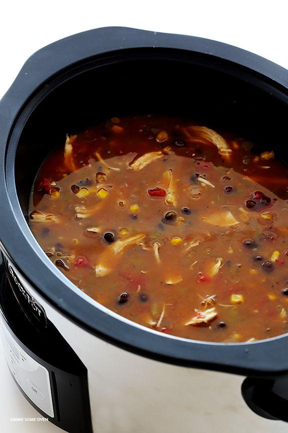 Slow Cooker pollo Tortilla Soup - esta deliciosa receta toma 10 minutos de preparación, y luego su olla de barro hace el resto!  (Está también naturalmente libres de gluten.) |  gimmesomeoven.com
