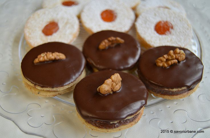 Islere cu nuca si crema de ciocolata. Fursecuri austriece fine din aluat fraged cu unt, cu nuca sau cu alune si crema de ciocolata. Glazura de ciocolata se