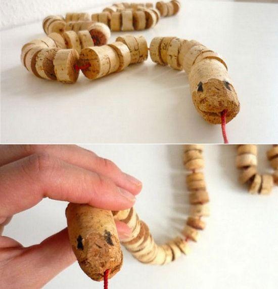 Una serpiente hecha de tapones de #corcho para los más pequeños #Creatividad #DIY #Niños