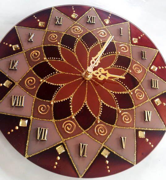 Relógio em vidro de 25cm de diâmetro, pintura em vitral, decorado com tinta relevo dourada e pedrinhas acrílicas.  Funcionamento: uma pilha, tamanho AA, de 1.5v.