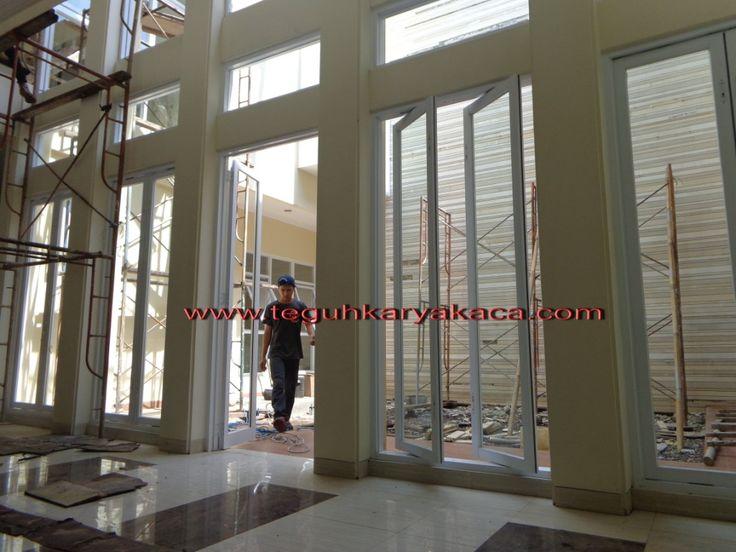 kusen aluminium YKK putih dan daun jendela pivot