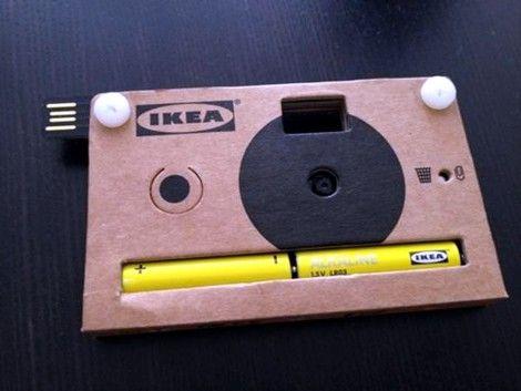 DieIKEA KNÄPPA Karton Digitalkamerascheint das nächste Gadget aus demElektronikbereichzu sein, mit dem sich IKEA befasst hat. Entdeckt wurde die Kamera unter anderem auf derSalone Design-Showin Mailand. Nach denUPPLEVA Multimedia Möbeln, die Einzug in dieFilialen der schwedischen Möbelhauskettehalten werden, könnten bald die KNÄPPA Digitalkameras, dass nächste Innovative Highlight bei IKEA sein.