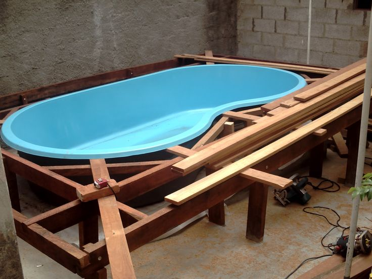 montagem de piscina de fibra com deck