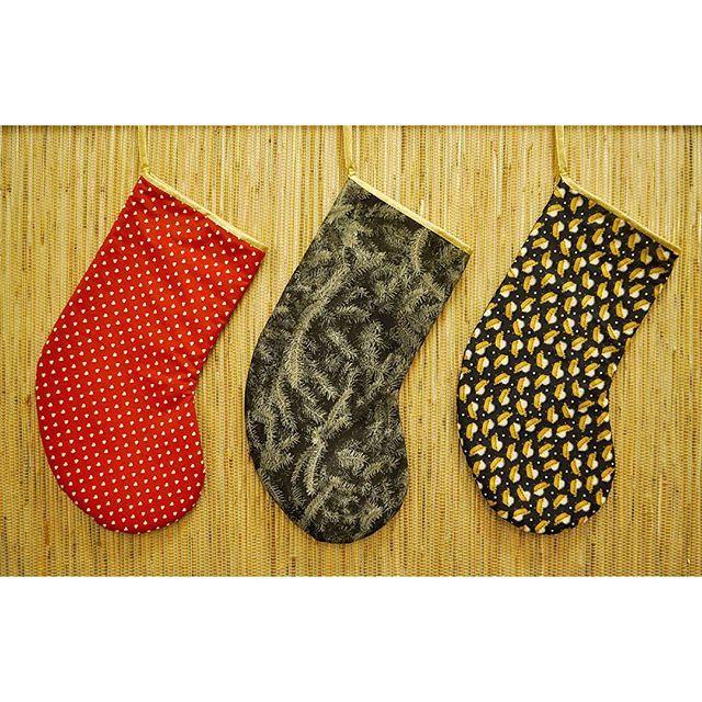 Da har jeg sydd ferdig mitt livs første #julestrømper For full oppskrift, se bloggen (link i bio). #diy #fyidiy #homemade #christmasstocking #christmas #stockings #xmas #jul #julestoff #gullbånd #aldriforstor #stoffogstil #førjulskos #juleprosjekt #project #fabric #hobbysøm #lageselv #hjemmelaget #godjul #merrychristmas @stoffogstil