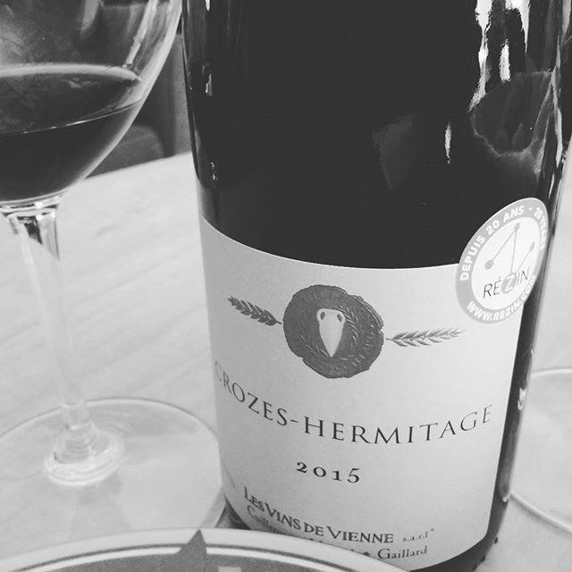 Pourquoi pas oser aller sur une gamme de #syrah complet et velouté avec l'agence @rezin.selection #vin #crozeshermitage...
