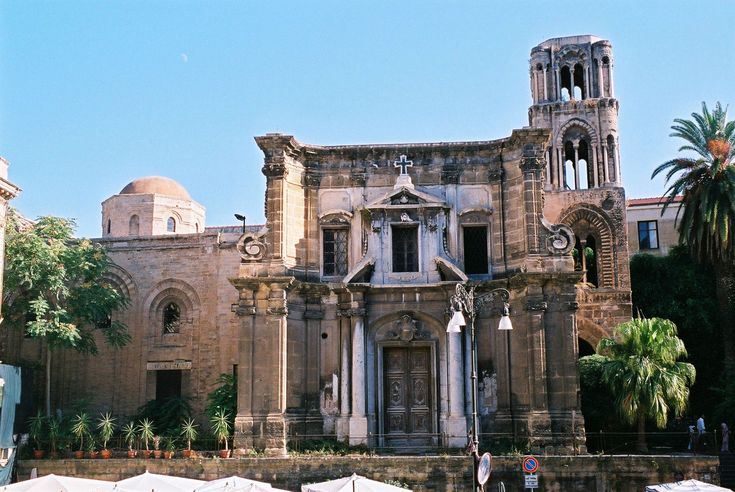 """la chiesa fu fondata nel 1143 per volere di Giorgio d'Antiochia, grande ammiraglio siriaco di fede ortodossa al servizio del re normanno Ruggero II dal 1108 al 1151. Costruita da artisti orientali secondo il gusto bizantino, si trovava nei pressi del vicino monastero benedettino, fondato dalla nobildonna Eloisa Martorana nel 1194, motivo per il quale diventò nota successivamente come """"Santa Maria dell'Ammiraglio"""" o della """"Martorana"""""""