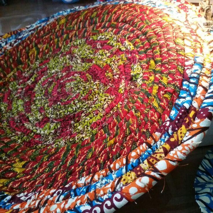 Tapijtje maken van Afrikaanse waxstof restjes. Love love love it ! Sew Rag rug of african fabric scraps