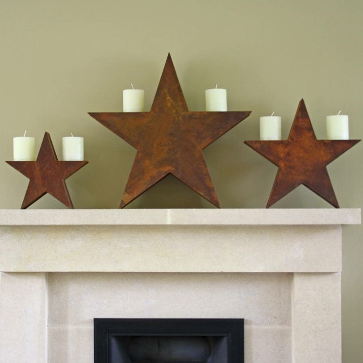 estrellas de madera hacen de candelabros en navidad