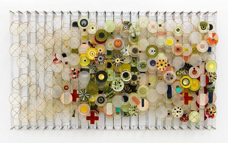 Sono un'esplosione di colori le installazioni fluttuanti dell'artista americano Jacob Hashimoto. Aquiloni contemporanei realizzati in carta e bamboo che piovono dall'alto in forme sempre diverse, modificando così le percezioni del visitatore.