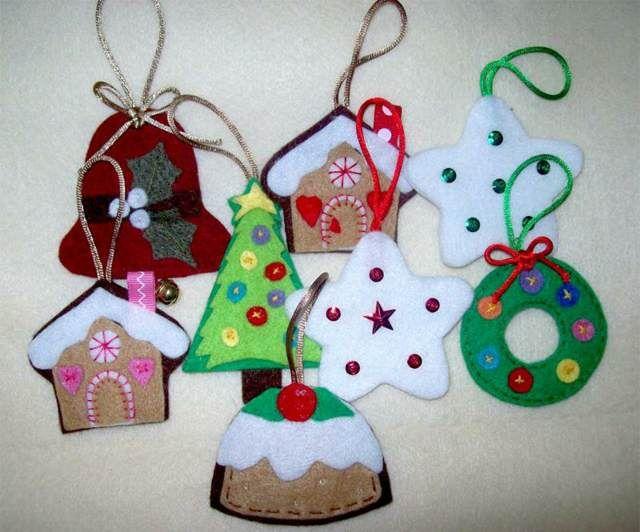 unos adornos navideños con fieltro