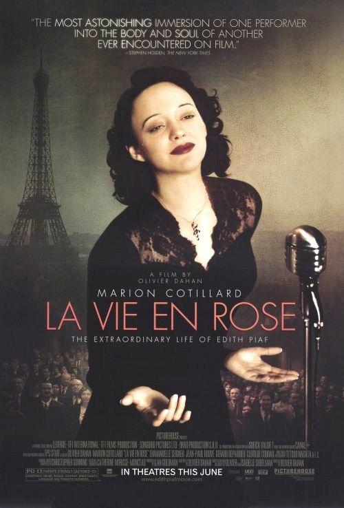 """""""Non, je ne regrette rien"""". Op onvergetelijke wijze zong ze dat ze nergens spijt van had, Edith Piaf, """"de kleine mus"""". Nu ziet u eindelijk waarom…Dit is het hartverscheurend mooie levensverhaal van een legende. Een film om nooit te vergeten. Van zingend zwerven op straat, tot staande ovaties in de grootste concertzalen ter wereld. Edith Piafs tragische leven gaat van de hoogste pieken tot de diepste dalen.(nog te zien*****)"""