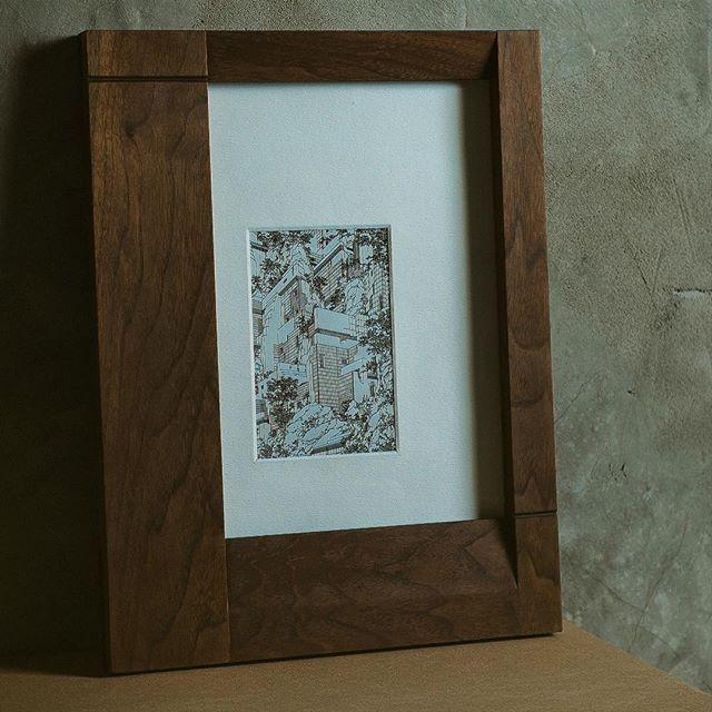 В наличии рамок для фотографий CBS 1114 уже нет, но срок исполнения заказа - не более двух недель.  Размеры - 300 L х 390 W х 20 H мм. Материал - массив древесины американского ореха. Отделка - натуральное тунговое масло. 5600 ₽  #flymassive #home #interiordesign #woodworking #accessories #photographer #photoframe