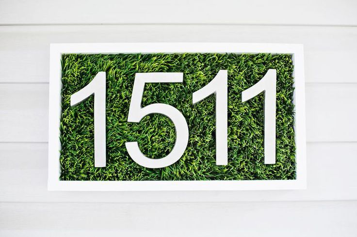 Как сложно иногда найди нужный дом, если на его фасаде висит еле заметный номер (или отсутствует вообще). Но такое отношение к подобному элементу фасада не совсем понятно – ведь его можно использовать, как дополнительное украшение парадного входа дома. Главное, правильно все оформить. Подготовительные работы Для начала следует соорудить небольшой ящичек из ДСП или взять обычную …