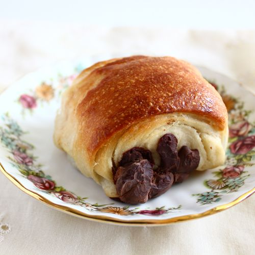 pain au chocolat.. if i can manage this i am going to declare myself the queen of the world!  i am also going to resign myself to perpetual chubbiness...
