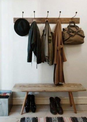 Stoere hal; wit met oud hout. Kijk voor vergelijkbare brocante kapstokken/ wandrekken en zulke stoere oude brocante banken bij www.old-basics.nl