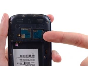 Stap 1. Duw de microSD kaart met uw nagel een beetje dieper in de sleuf, totdat u een klik hoort.