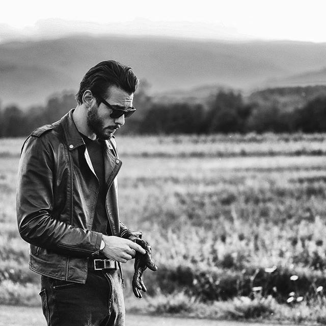#cb400 #caferacer #leatherjacket #brat #motorbike #custom #hondacb400 #hondacb400f #honda #moto #vintage #ss #super #sport #ottonero #epoca #hondacaferacers #hondacaferacer #bratcafe #tuscany #italy #italianboy #gloves #motoculturalist