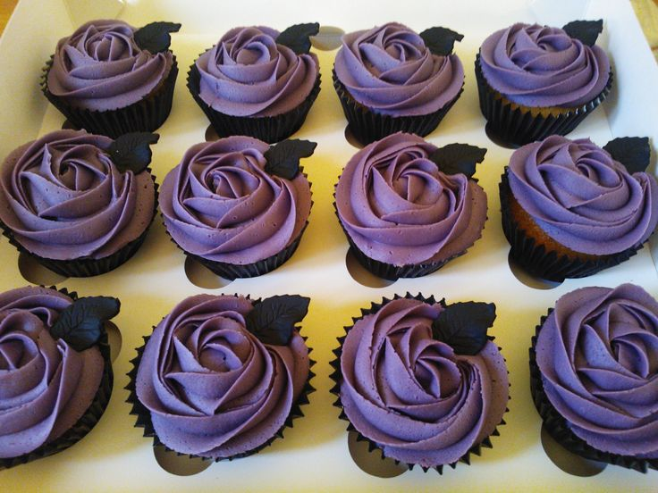 love these cupcakes in purple and black. perfect for that gothic tea party or wedding <3