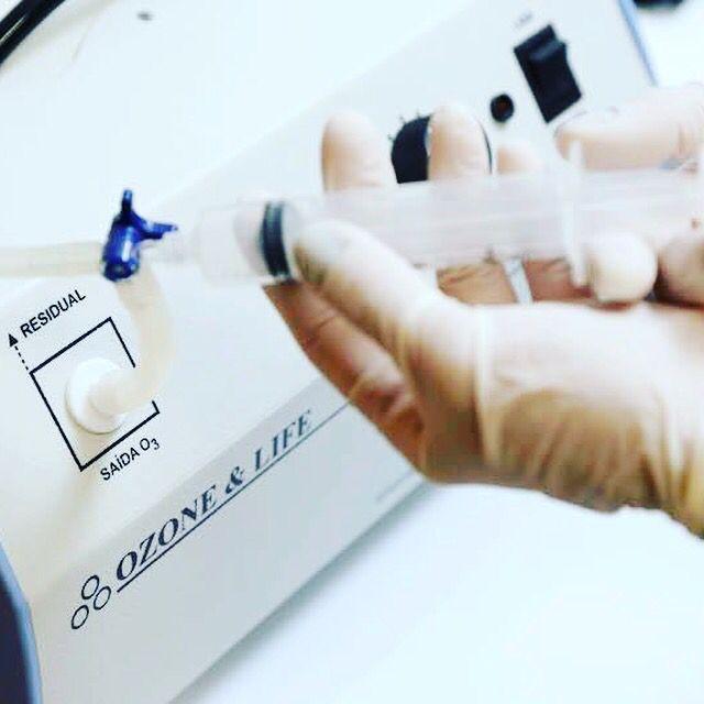 Estudo de revisão e meta-análise do uso da terapia com injeção de ozonio no tratamento da dor lombar secundária a hérnia de disco foi demonstrado que a injeção paravertebral de ozônio tem indicação nível de evidência 1B, ou seja, forte recomendação do uso, a qual pode ser aplicado na maioria dos pacientes sem problemas. Clique no link ao lado e leia o artigo médico sobre o assunto: http://www.centromedicoathenas.com.br/artigos