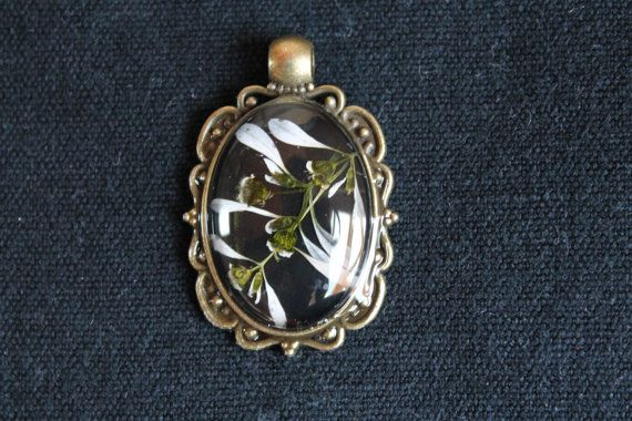 Oval boho elegant glass pressed real flower pendant by Miodunka