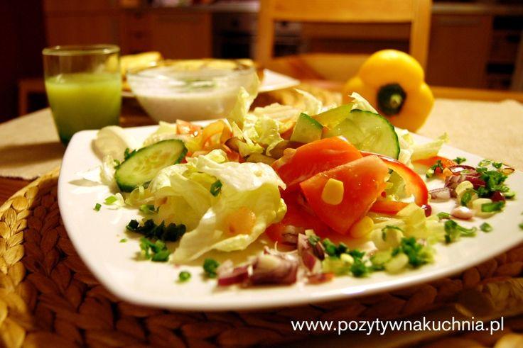 Sałatka kalifornijska - #przepis na sałatkę z pomidorów, ogórka i kukurydzy  http://pozytywnakuchnia.pl/salatka-kalifornijska/  #kukurydza #pomidory #ogorki #salatka #papryka